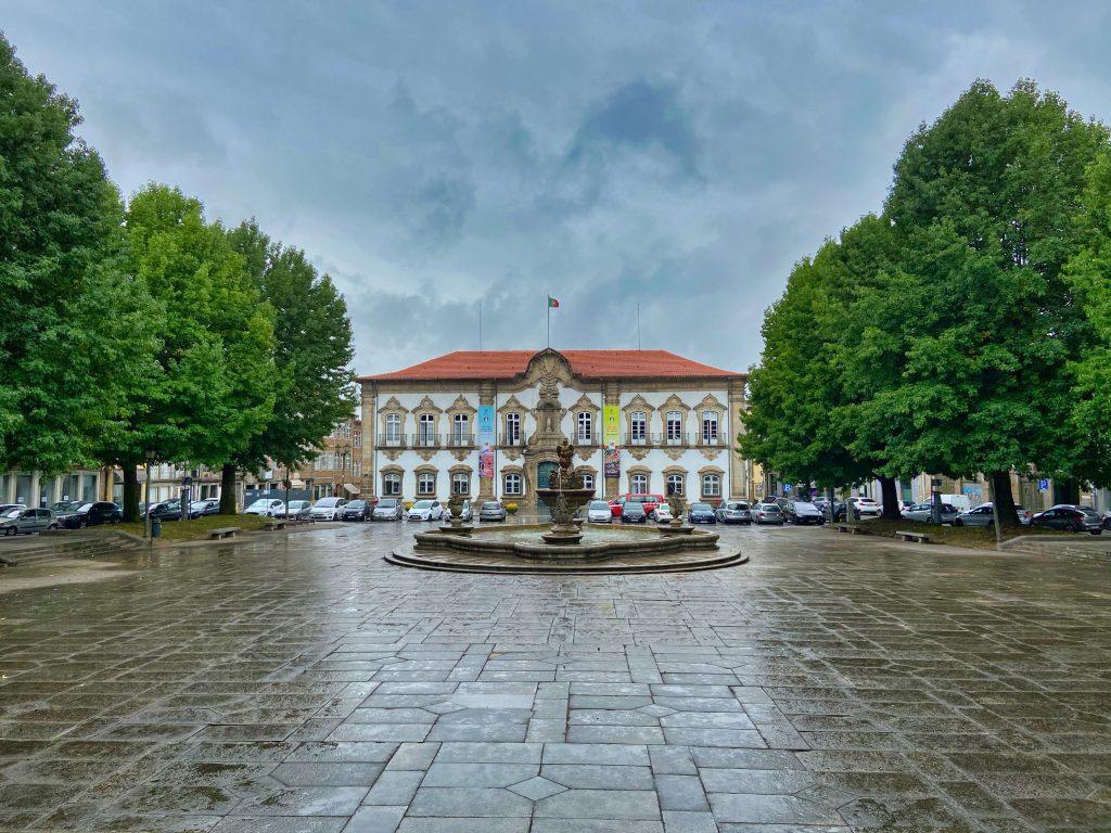 biały dom z fontanną z przodu w bradze, północ Portugalii.