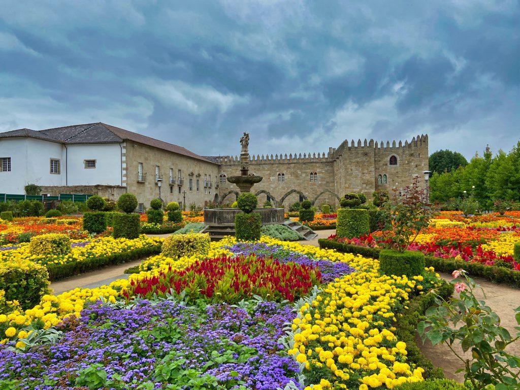 Ogrody Santa Barbara w Bradze na tle siedziby arcybiskupa.