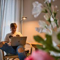 kobieta pracująca zdalnie w lizbonie, portugalia