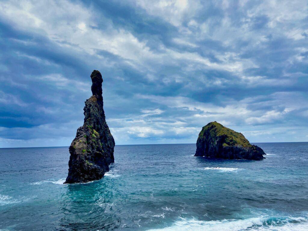 Ilhéus da Ribeira da Janela skały wystające z wody na Maderze.