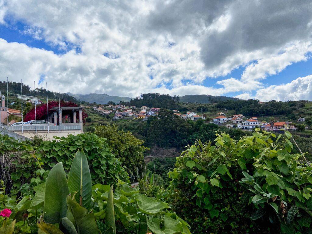 Mała wioska na szczycie góry na Maderze.