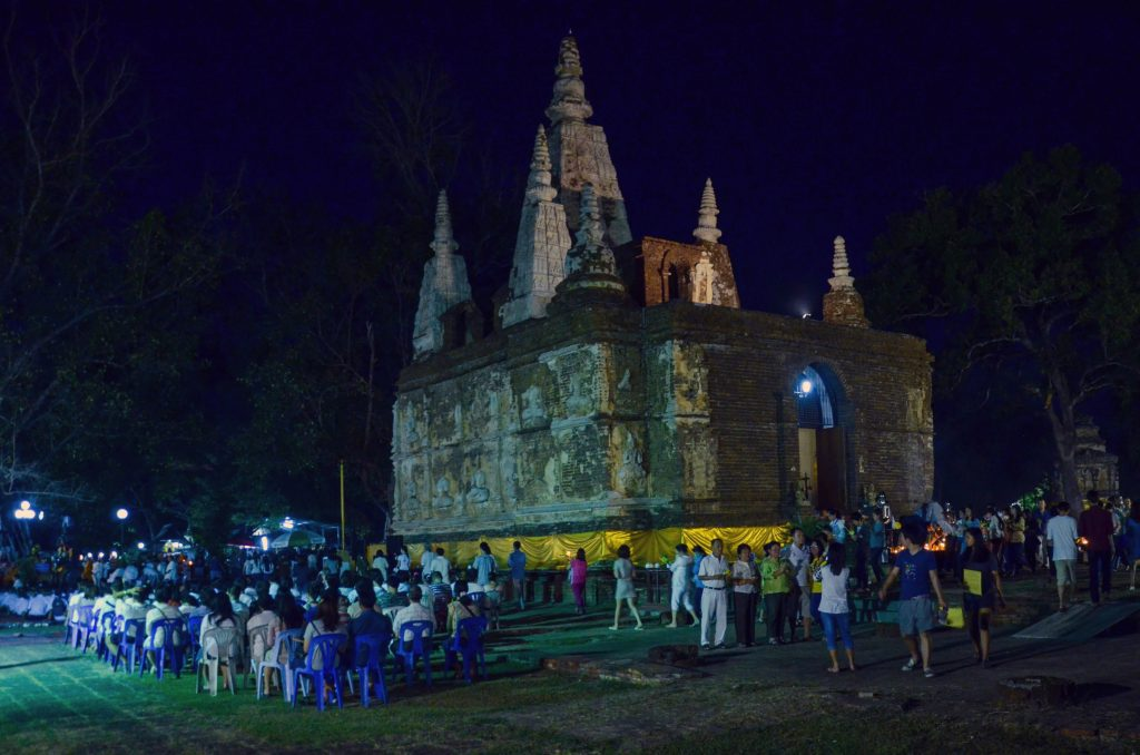 People gathering for prayer at Wat Jed Yod during Makha Bucha